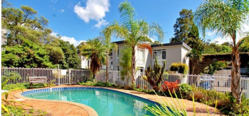 Three Bedroom Townhouse with Pool in Com